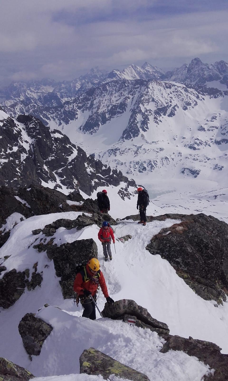 alpiniści na ścieżce górskiej