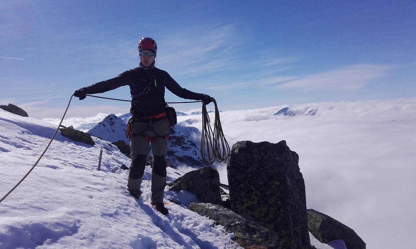 przywiązywanie liny na szczycie górskim